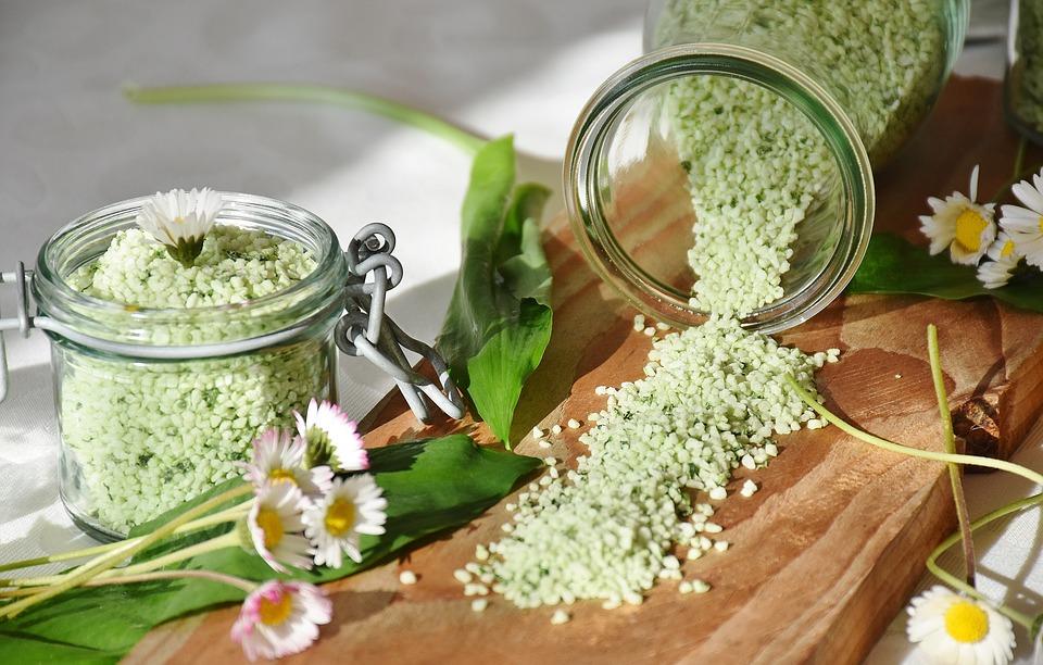 Česneková sůl z medvědího česneku