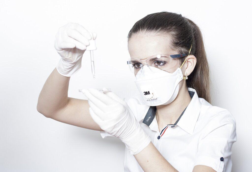 Žena s respirátorem